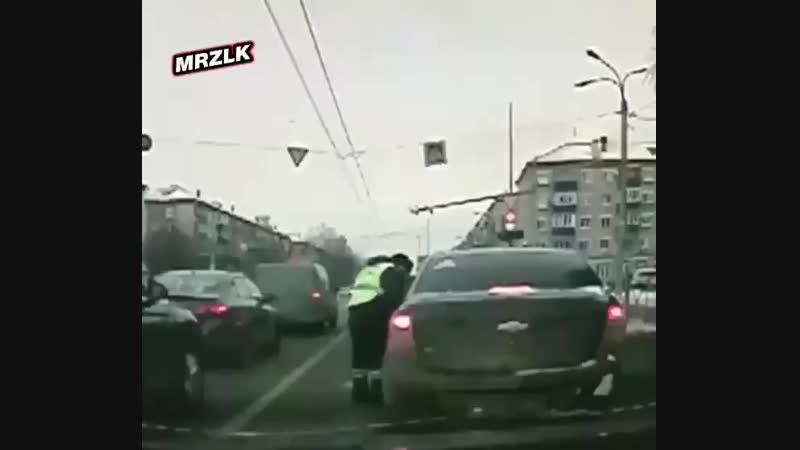 Веселье из Казани. Там патрульные службы остановили Chevrolet, разговор с нарушителями сложился неудачно. В итоге водитель попыт