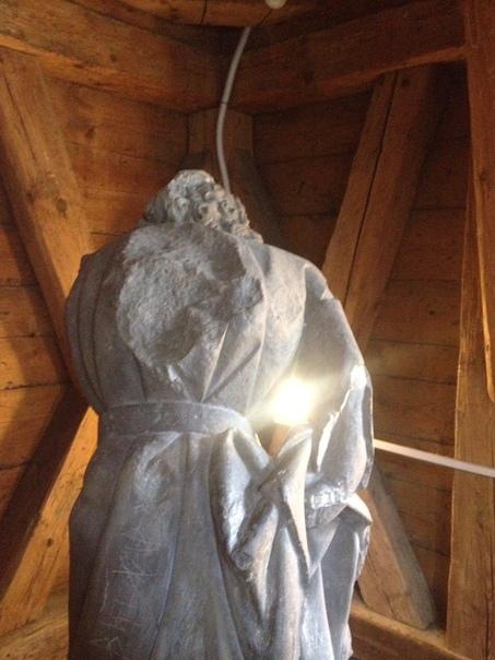 ПРАГА. КАРЛОВ МОСТ. НАМЕСТНАЯ БАШНЯ Крестьянин везущий на спине черта через переправу. Фигура установлена на верху Наместной башни Карлова моста, внутри строения , под самым шпилем.Фигурка черта