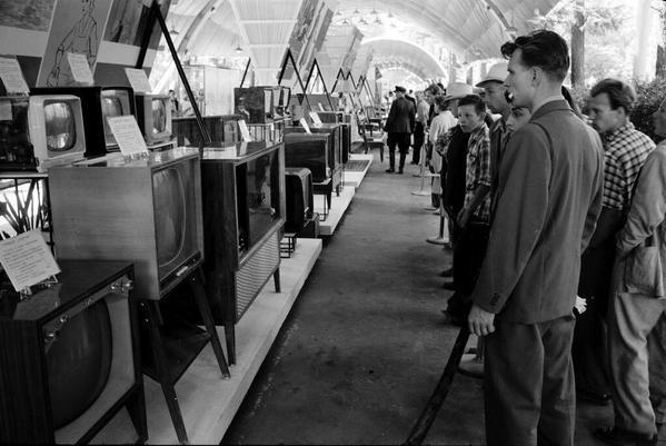 Советские граждане разглядывают американские телевизоры на выставке в Москве. 19...