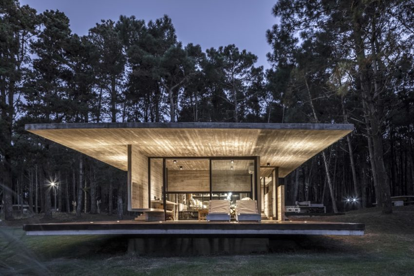 Private Residence in Which Concrete and Glass were Used to Integrate it into the Landscape