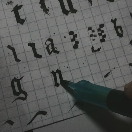 """Елена Сергеева on Instagram: """"Эксперименты в каллиграфии продолжаются. Ну....у меня нет нужного размера пера, поэтому рисуем мусором хD Это колпачо..."""