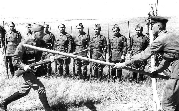 ШТЫКОВОЙ БОЙ ПОД МЕЛЬНИКАМИ 25 июня 1941 года выходящие из окружения красноармейцы перекололи штыками личный состав двух немецких батарей.В первые дни войны войска 4-й армии Западного фронта, на