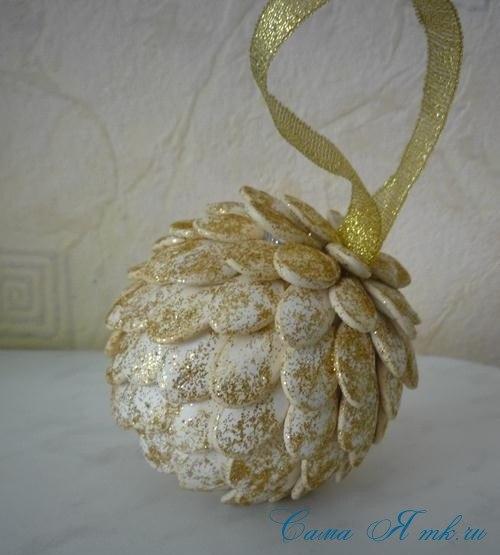 Новогодние шары из тыквенных семечек. Мастер-класс.
