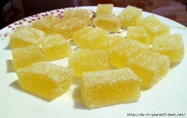 Делаем мармелад сами дома! -------------------------------------- Ингредиенты: апельсиновый сок - 100 мл, вода - 100 мл, лимонный сок - 5-6 ст. ложек, сахар - 1 стакан (кол-во примерное, добавляйте во вкусу) тертая цедра апельсина - 1 ст. ложка, тертая цедра лимона - 1 ст. ложка, желатин - 20 г. Желатин залить апельсиновым соком, перемешать и оставить для набухания. Сахар смешать с водой в отдельной посуде, добавить цедру цитрусовых и поставить на очень слабый огонь. На медленном огне довести…