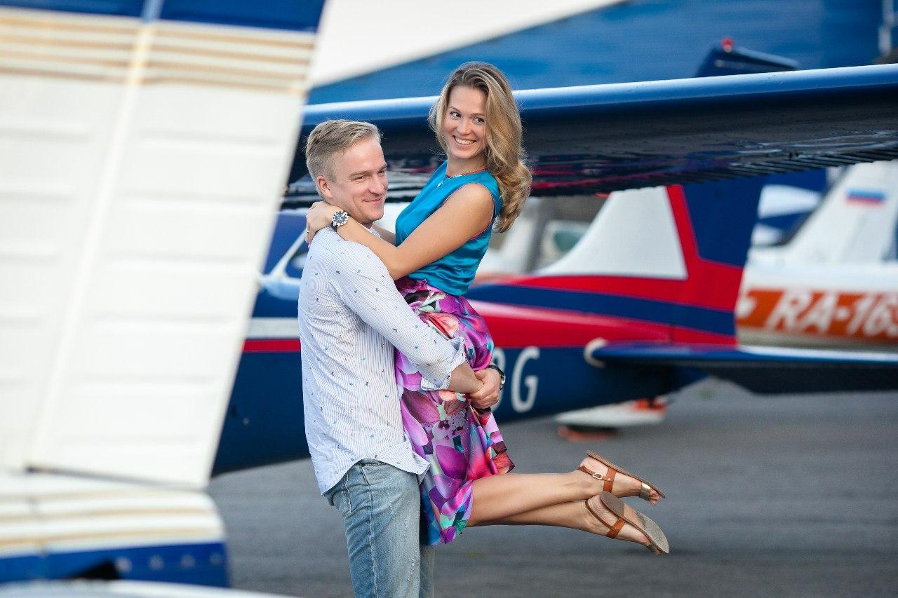 счастливые влюбленные после полета на самолете