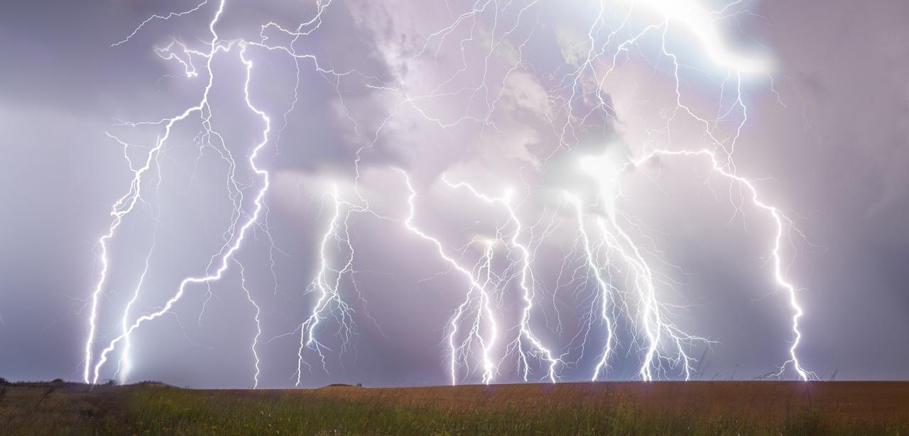 МЧС объявило штормовое предупреждение: Ожидаются ливни, гроза,  град и шквалистый ветер до 28 м/с