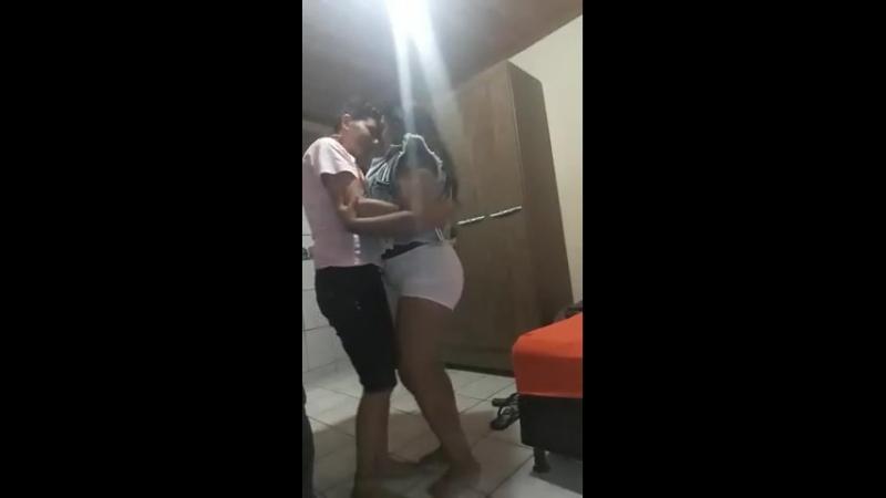 Casal lesbico dançando reggae 👭❤🎶🍁🍹