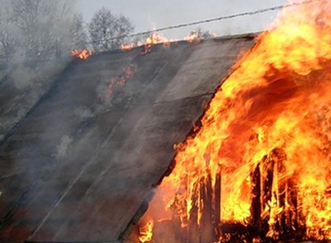 Пожар в Таганроге: сгорел дачный домик в с/т «Котлостроитель»