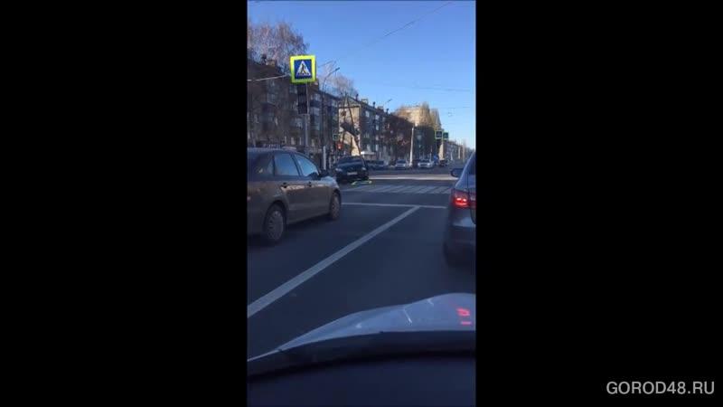 Иномарка сбила знак на улице Гагарина