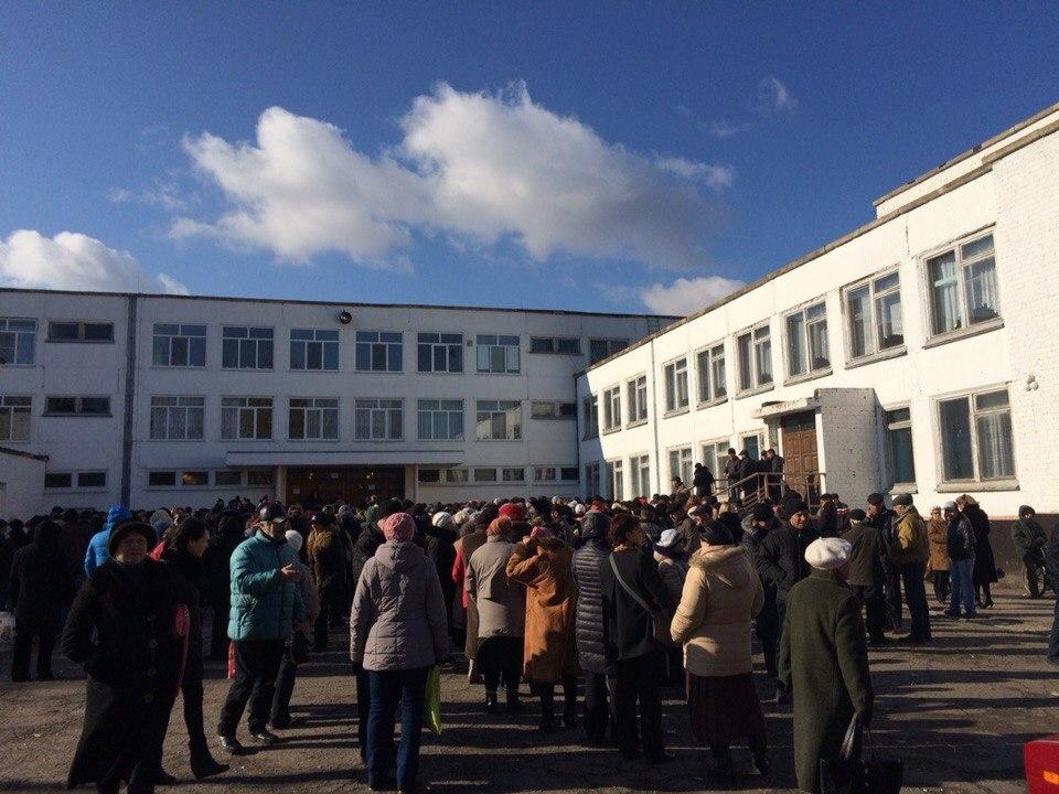 Луганск очередь на одном из избирательных участков, время 11.00