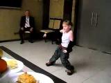 Маленькая девочка танцует хип-хоп
