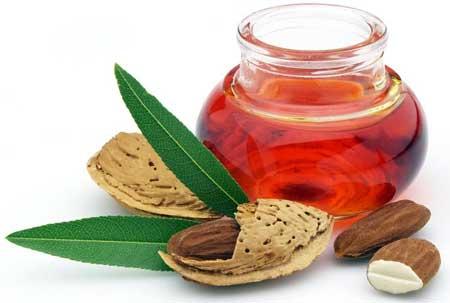 Миндальное масло является популярным ингредиентом бальзама для губ.