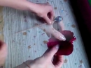 Butony roz iz gofrirovannoj bumagi i konfet