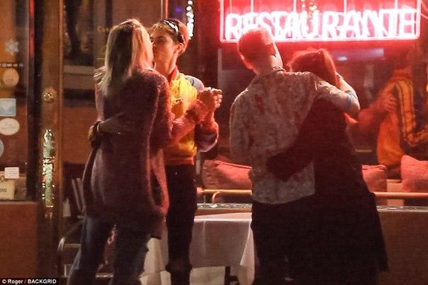 Актриса Кара Делевинь и дочь музыканта Майкла Джексона, Пэрис, «заигрывают друг с другом, но не находятся в романтических отношениях». Так источник прокомментировал журналу People слухи о том, что девушки встречаются.