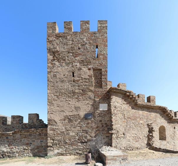 Вон плита какая-то вывалилась — обидно. Я нашёл инфу, что это могла быть когда-то совсем-совсем давно угловой (с востока, справа, со стороны города) башней.