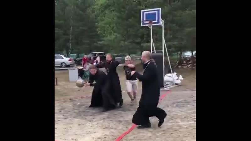 Батюшки тоже умеют играть в баскетбол 🏀