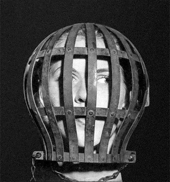 Средство защиты душевнобольного в британском сумасшедшем доме. Средство представляет собой защиту головы «буйной» больной, чтобы в случае припадка она себя не