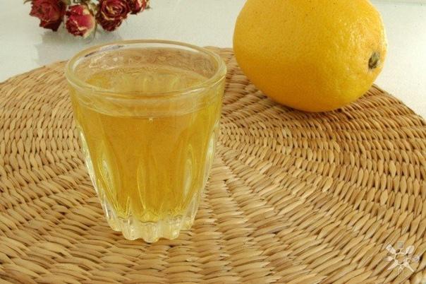 лимончелло нам понадобится:- лимон, 5 шт- сахар, 0.5 кг- вода, 0.5 л- водка, 0.7 лделаем:лимоны тщательно промыть.аккуратно срезать с них цедру, не задевая белую часть.сложить в емкость