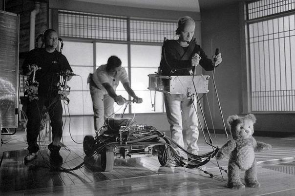 """Трое мужчин управляют роботом плюшевого медведя во время съемок фильма """"Искусственный разум"""""""