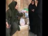 Мусульманки пристают к девушке из-за слишком откровенно торчащих волос из под хиджаба, вынудив ее принять самое верное решение