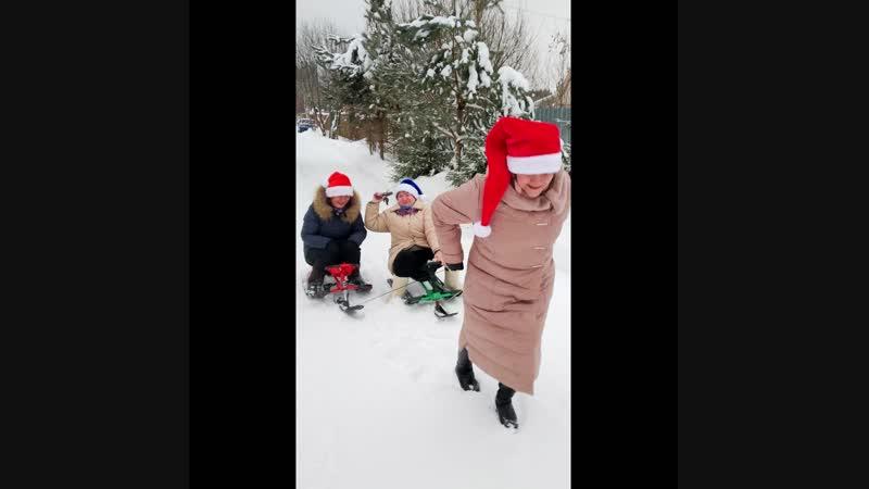 А это мы так отмечаем праздники на даче у моей крёстной 🤣😂👍 В кадре мама и наши любимые родственники ❤️❤️❤️ Пусть детство навсег