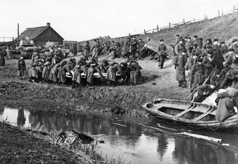 Ноябрь 1941 года. Советские бойцы у переправы через Неву в районе деревни Выборгская Дубровка http://waralbum.ru/370636/