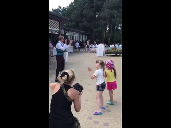 Рапунцель и Юджин танцуют
