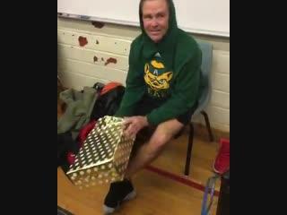 В США школьники заметили, что их преподаватель уже несколько лет подряд носит старые кроссовки и подарили ему на Рождество новые