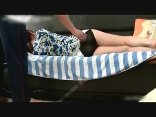 Трахнул мамку  спящую на диване sleep mom sex porno