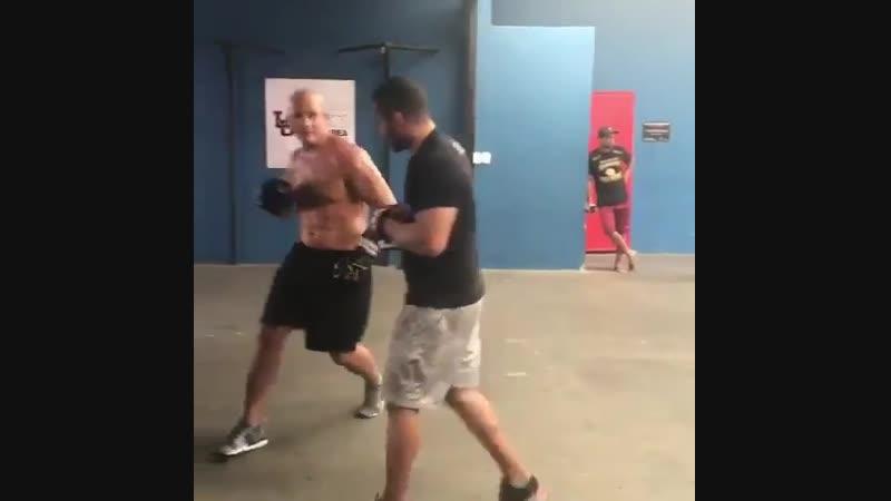Джуниор дос Сантосготовится к бою с Дерриком Льюисом