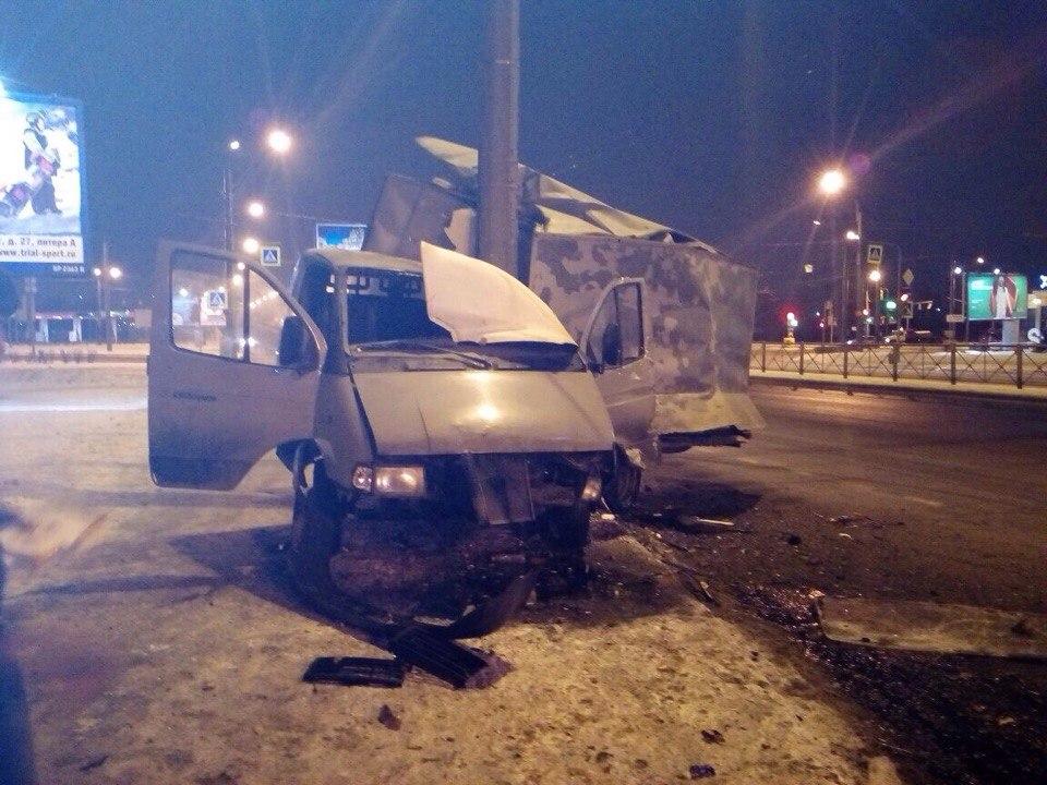 НаНародной улице «Газель» влетела встолб: чудом обошлось без жертв