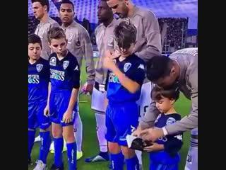 Криштиану с детьми перед матчем против