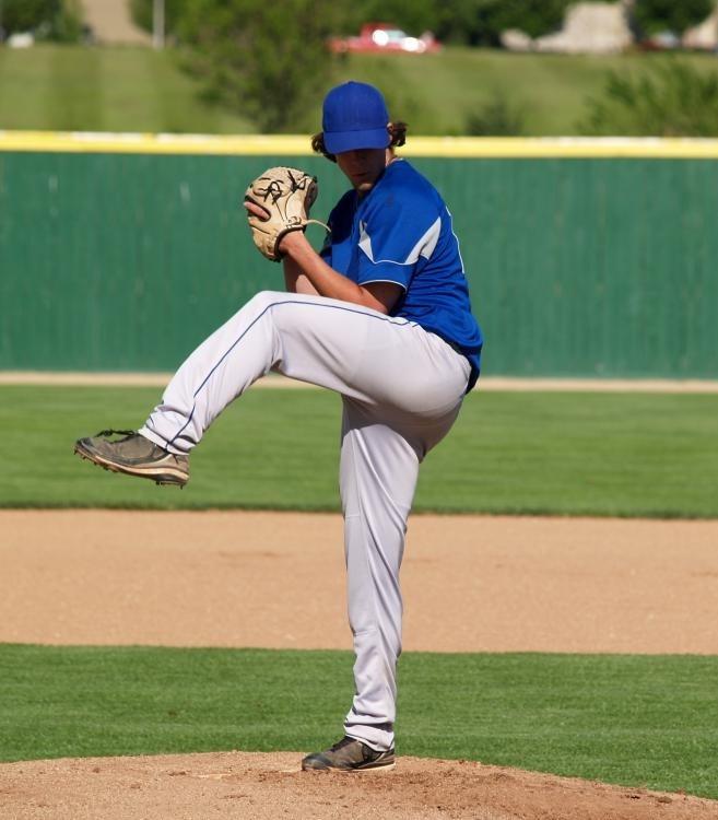 Бейсболки имеют длинный козырек спереди.