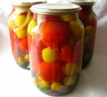 Заготовка помидоров и сладкого перца на зиму Каждая хозяйка в летний сезон старается заготовить на зиму побольше овощей. И одними из самых популярных и вкусных для консервирования являются помидоры и сладкий болгарский перец.