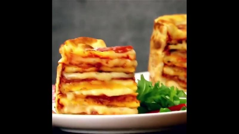 ИНГРЕДИЕНТЫ тесто для пиццы немного муки 500 мл томатного соуса 500 г тертого сыра 200 г салями ломтиками