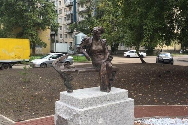 Памятник Фаине Раневской. Санкт-Петербург.
