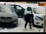 Коломна. НТВ. Похищение корреспондента, женщина кидает сугроб на машины.