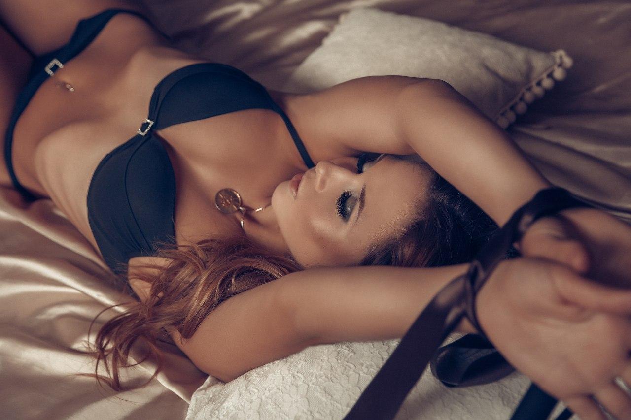 Секси девка на кровате