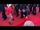 Plus-size модель Юлия Рыбакова потеряла юбку на красной дорожке