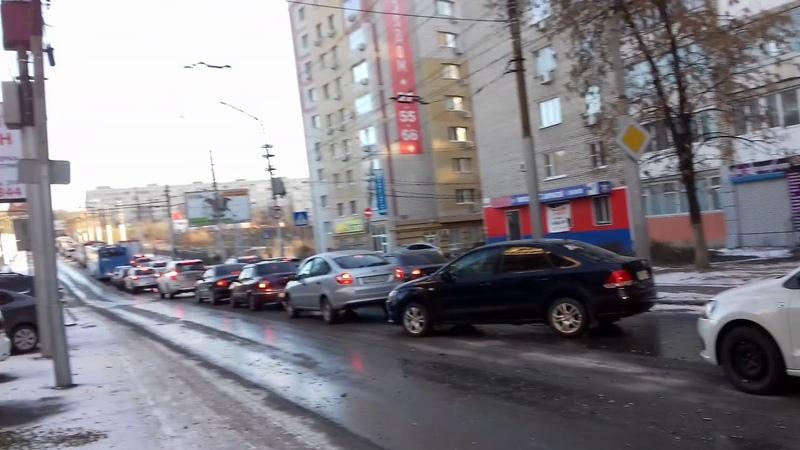 На мосту Саратов — Энгельс столкнулись две машины: образовались огромные пробки
