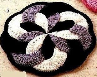 Оригинальный коврик связан крючком из пряжи трех цветов. Схема вязания коврика крючком… (2 фото) - картинка