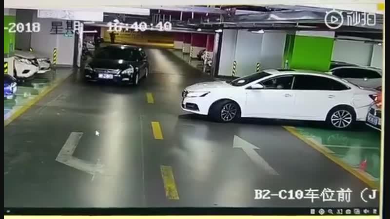Девушка в подземном паркинге...
