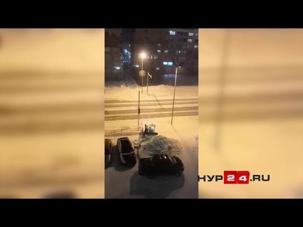 НУР24.REC Куча снега на тротуаре Новый Уренгой.