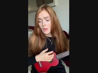 Jia Lissa играет на укулеле