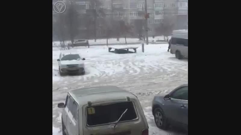 В Челябинске чувак намутил себе лифт, который опускает его машину под землю