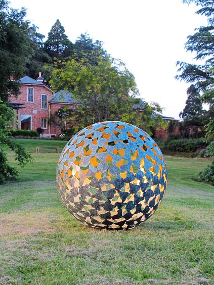 Арт-объекты в саду (3 фото) - картинка