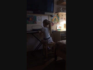 Диана самостоятельно осваивает пианино