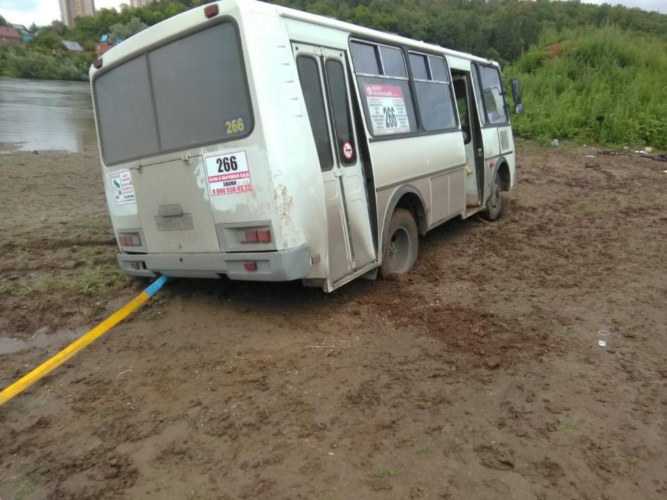 Автобус с пьяной молодёжью в субботу застрял в грязи около реки под Уфой