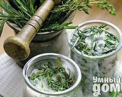 Домашние заготовки с цветами и пряными травами Вы даже не догадываетесь, сколько полезных вещей можно приготовить из того, что растет в вашем саду. Как смешать ароматную соль, сделать массажное масло, настойки, уксус и другие полезные продукты, которые не раз помогут вам в хозяйстве и пригодятся в быту. Попробуйте, это так просто! Смешиваем ароматную соль ЧТО И ЗАЧЕМ Лаванда, мята, мелисса, базилик, розмарин, цедра лимона или апельсина. Ароматную соль можно использовать не только для принятия…