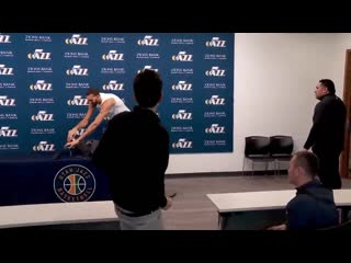 Игрок НБА потрогал все микрофоны, посмеявшись над опасностью коронавируса [NR]